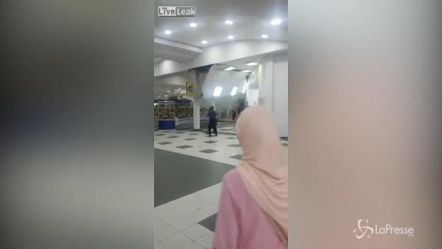 VIDEO Kazakistan, piove troppo: crolla il soffitto in un centro commerciale
