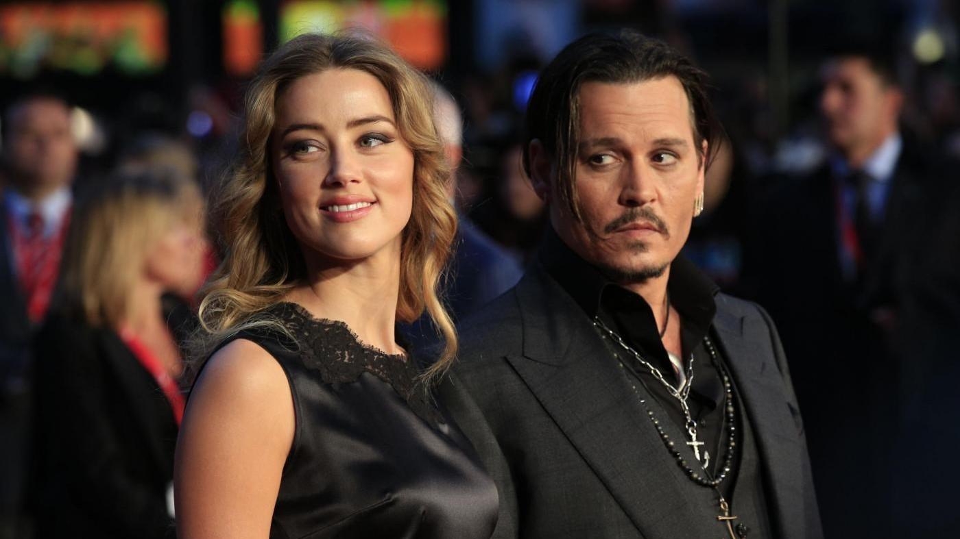 Comico accusa Amber Heard: Sta manipolando Depp. Lei lo denuncia
