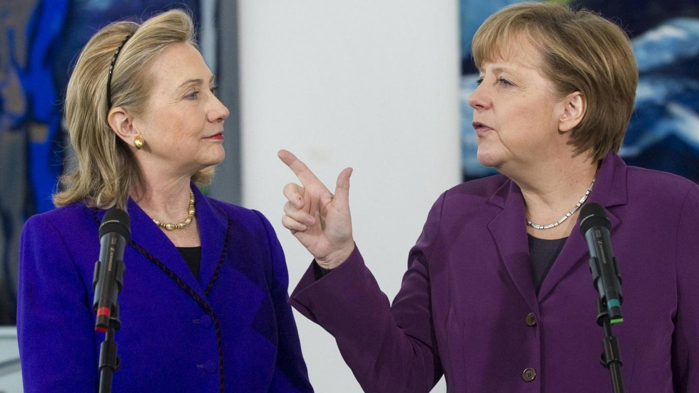 Merkel resta la donna più potente al mondo, ma la insidia Hillary Clinton
