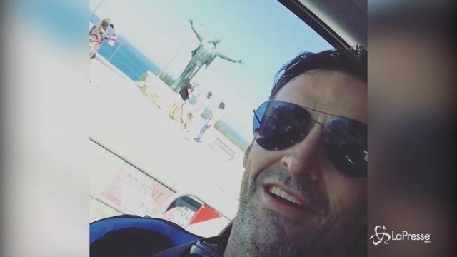 """Polignano a mare, l'omaggio di Hugh Jackman a Modugno: """"Volare"""""""