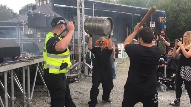 Poliziotto si scatena al concerto della cover band degli Slipknot