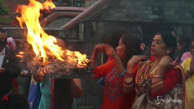 Nepal, la preghiera delle donne indù per i mariti