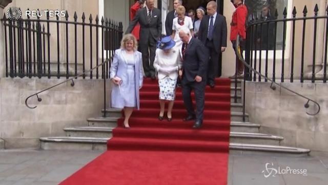 Prende la regina sotto braccio, governatore viola protocollo