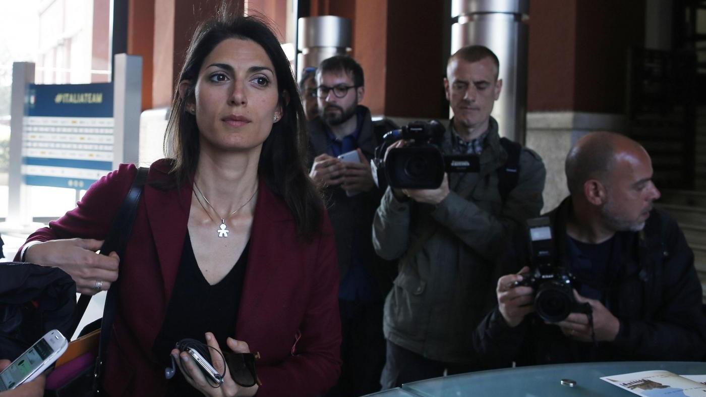 Parma, Raggi: Dimissioni Pizzarotti? Valuti lui. Pd: E' flop M5S