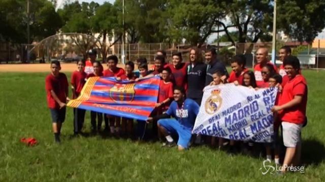 Miami, Puyol e Raul giocano a calcio con i bambini