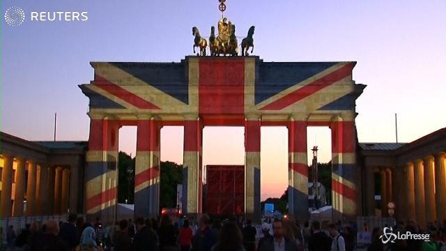 Attacchi di Londra, a Berlino la Porta di Brandeburgo si colora con la Union Jack