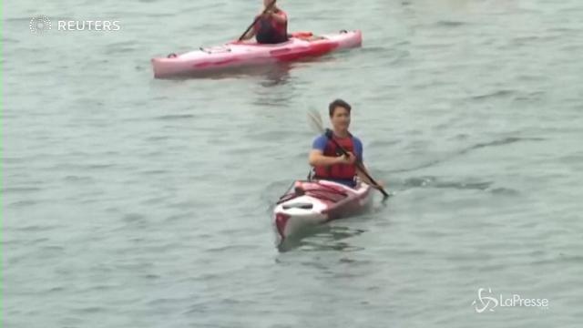 VIDEO Canada, premier Trudeau in kayak sul Niagara per l'ambiente