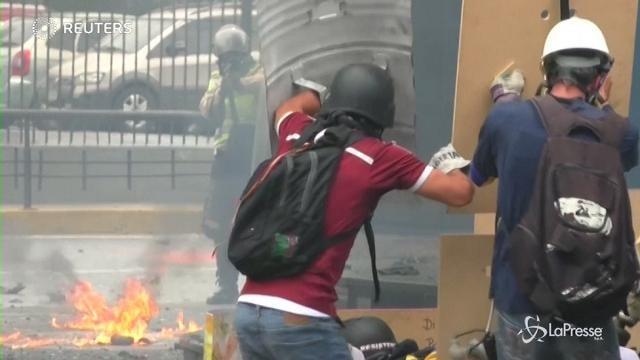 Venezuela: ancora scontri in piazza, un'altra vittima