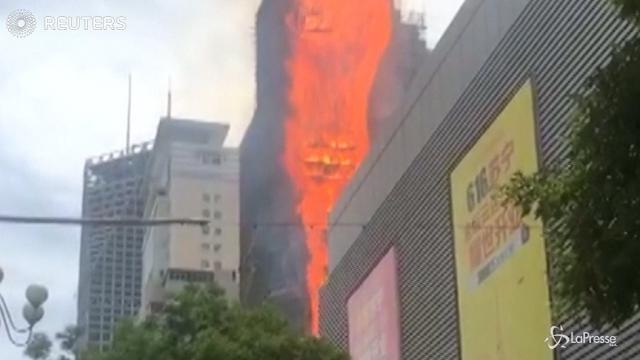 Cina, palazzo avvolto da una lingua di fuoco