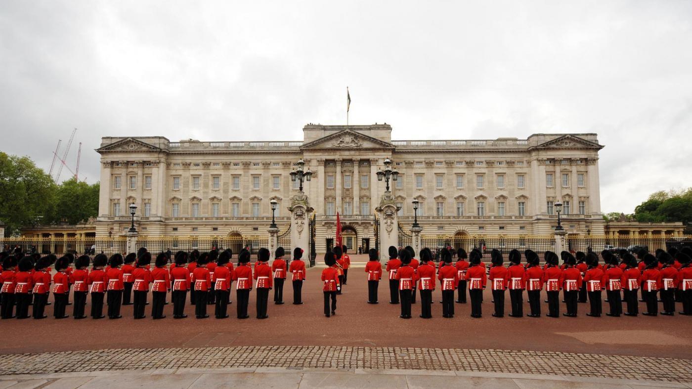 Uomo scavalca muro di cinta di Buckingham Palace: arrestato