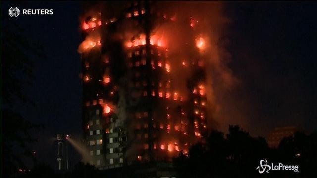VIDEO Londra, enorme incendio travolge un grattacielo
