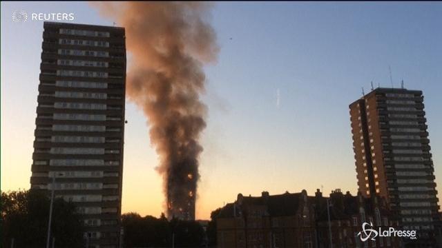 VIDEO Londra, brucia un grattacielo: vigili del fuoco al lavoro
