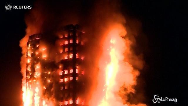 VIDEO Incendio in un grattacielo a Londra: morti e feriti