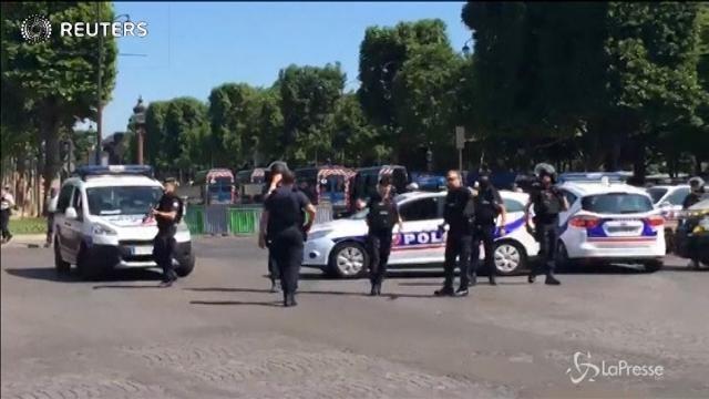 Parigi, auto contro furgone della polizia sugli Champs Elysees