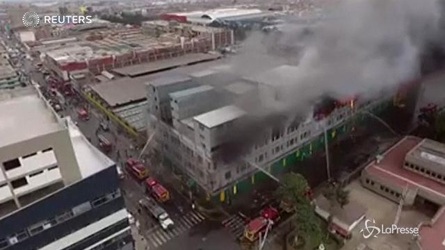 Perù: incendio in un edificio di Lima
