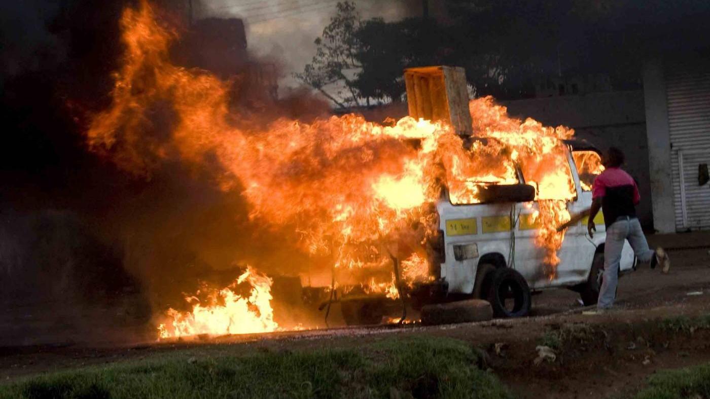 Roma, oltre trenta auto date alle fiamme: arrestato piromane