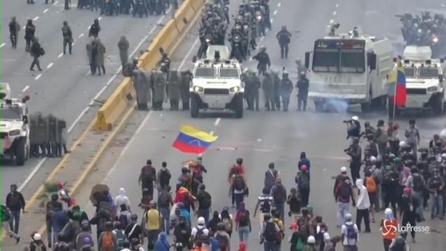Caracas: idranti, lacrimogeni e proiettili di gomma contro i manifestanti