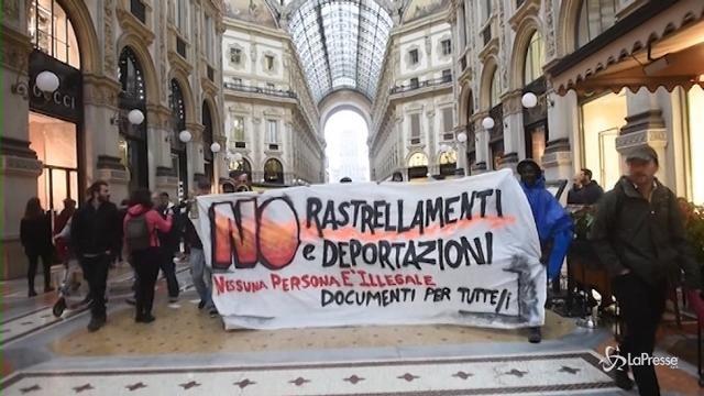 Migranti, il presidio a Palazzo Marino contro il blitz della polizia
