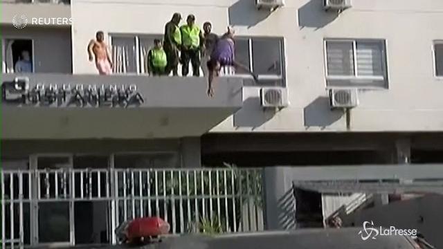 Bolivia: si tuffa di testa da un edificio, ricoverato in ospedale