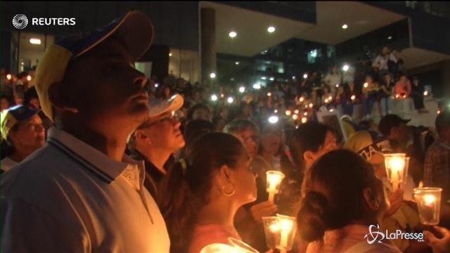 Venezuela, protesta a lume di candela contro Maduro