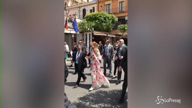 G7, Melania Trump passeggia in corso Umberto a Taormina