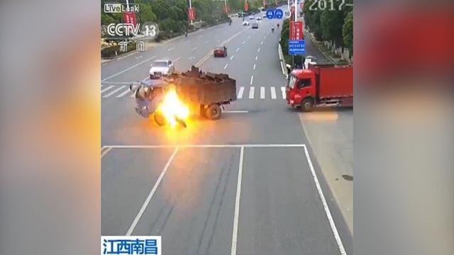 In moto contro un camion che esplode, salvo per miracolo