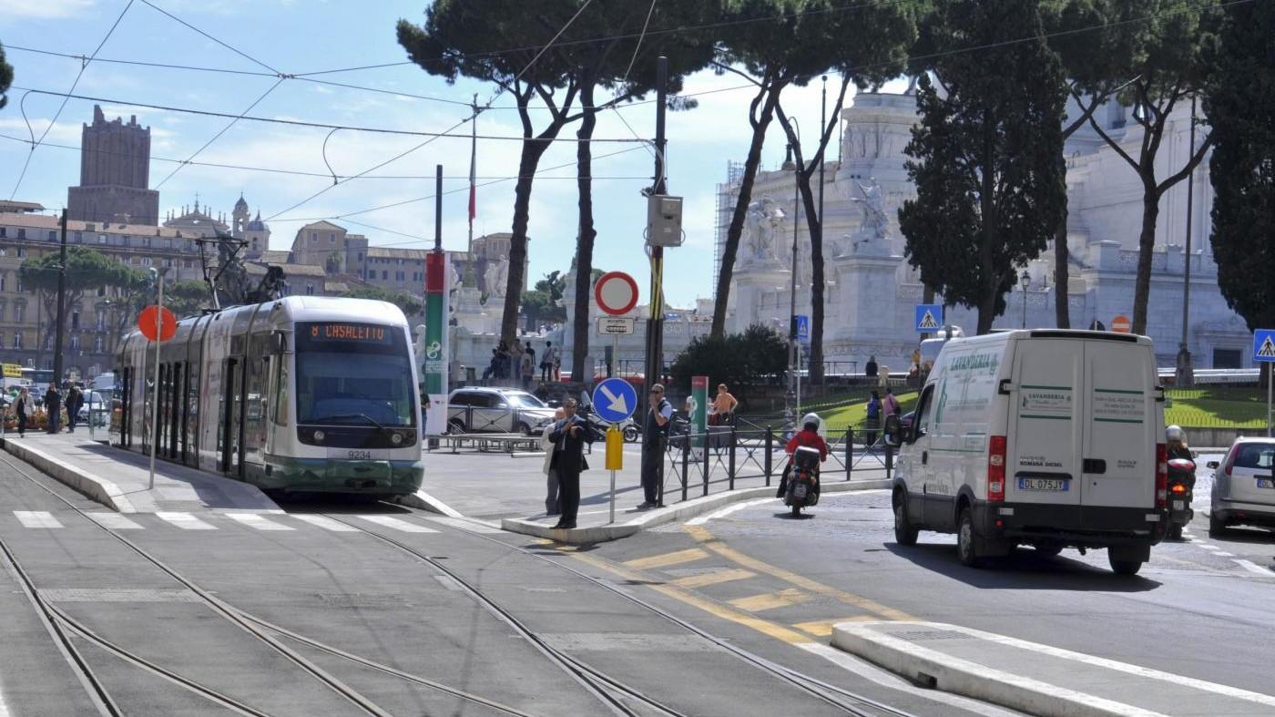 Ballerina travolta dal tram a Milano in prognosi riservata