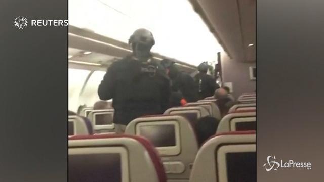 VIDEO Tenta di entrare in cabina di pilotaggio: passeggero bloccato