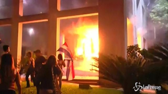 VIDEO Paraguay, scontri con la polizia e Parlamento in fiamme