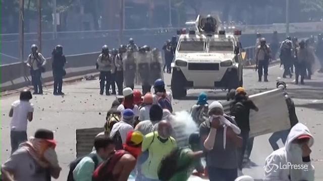 Venezuela, scontri tra manifestanti e polizia nella capitale Caracas