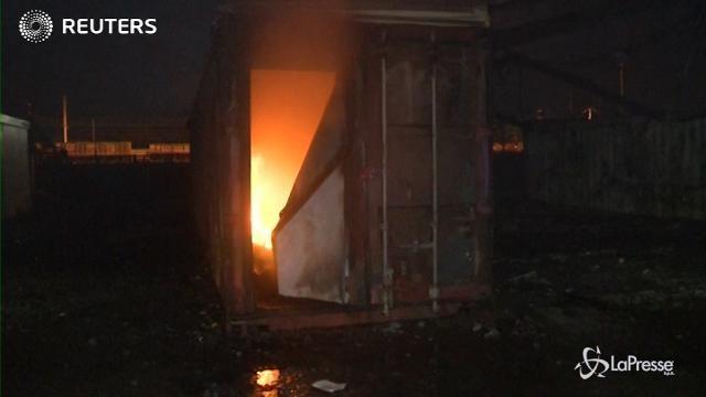 VIDEO Francia, a fuoco campo migranti di Dunkirk
