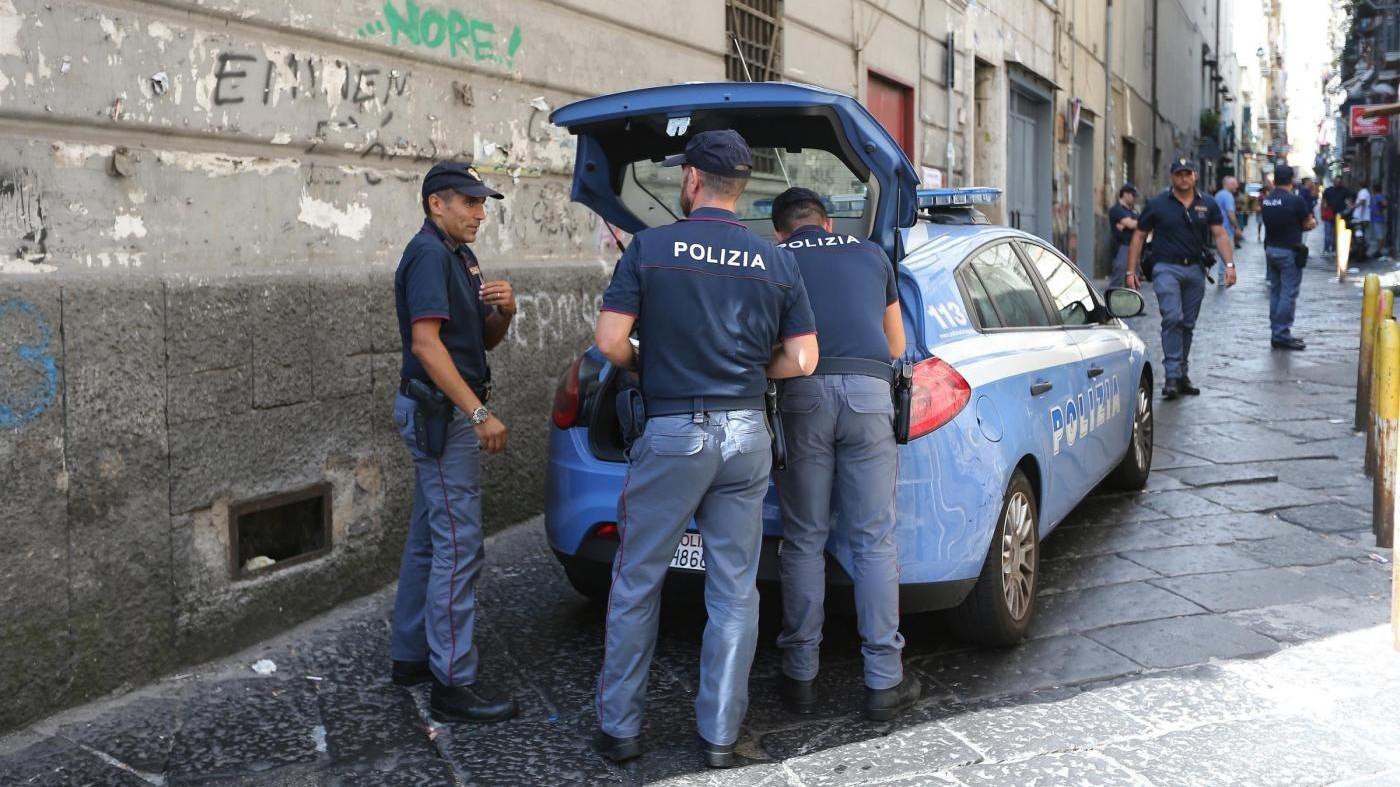 Napoli, rapina ragazza e rischia linciaggio: salvato dalla polizia