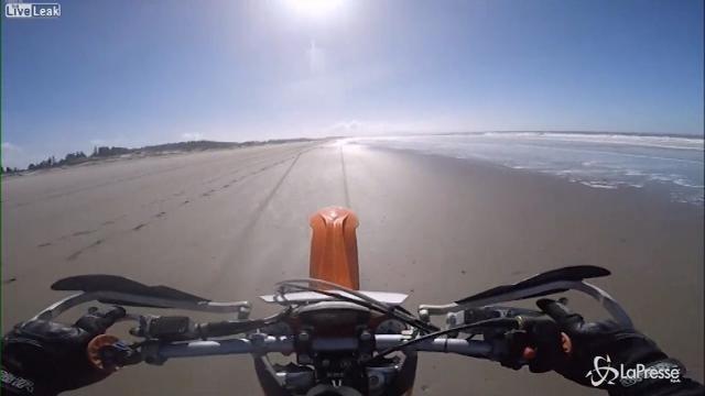 VIDEO Motociclista impenna sulla spiaggia e si rompe la schiena