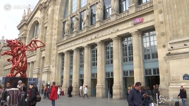 VIDEO Panico a Parigi: uomo minaccia agenti con coltello
