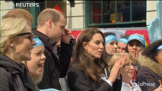 VIDEO William, Kate ed Harry danno il cinque agli atleti alla Maratona di Londra