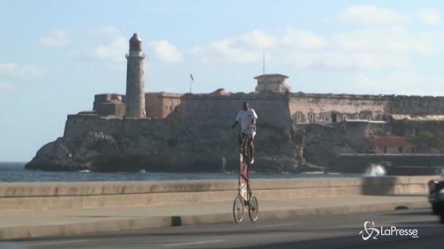 Domina l'Avana con la sua bicicletta alta più di tre metri