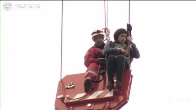 Toronto, ragazza seduta in cima a una gru: il salvataggio è mozzafiato