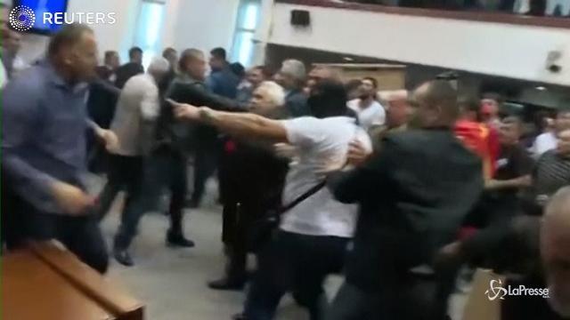 VIDEO Macedonia, irruzione in Parlamento degli attivisti di destra