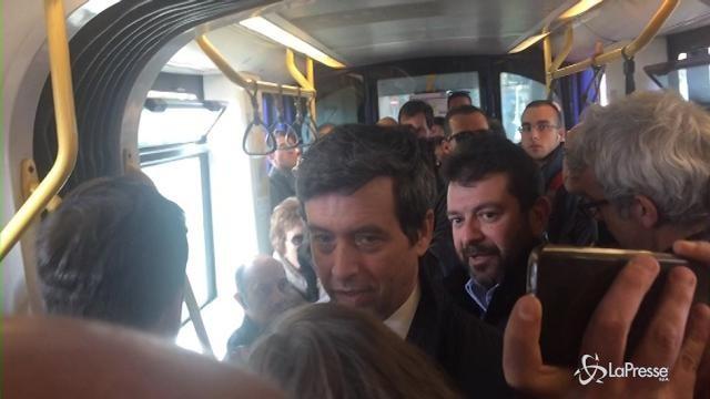 VIDEO Primarie Pd, Orlando in tram a Torino