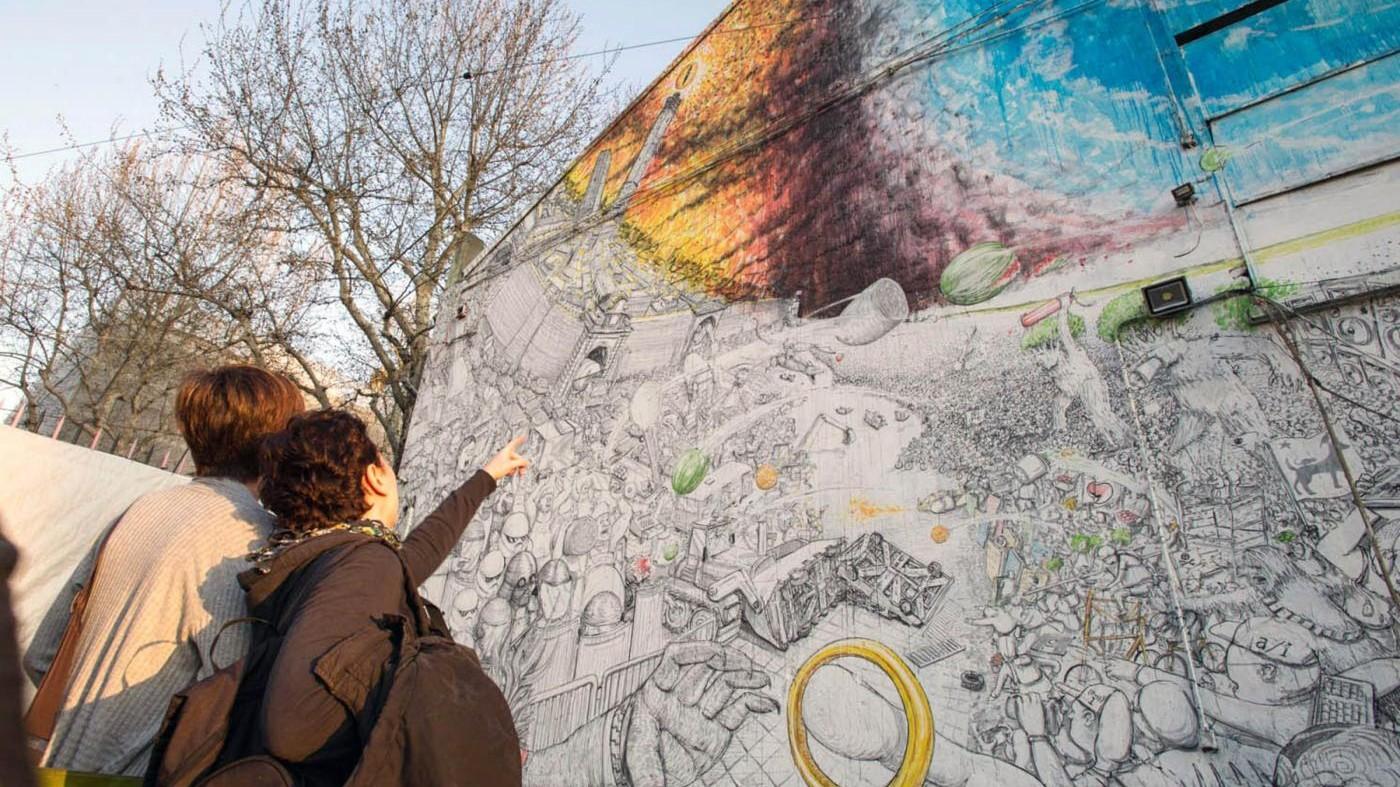 Bologna, writer Blu cancella murales per protesta
