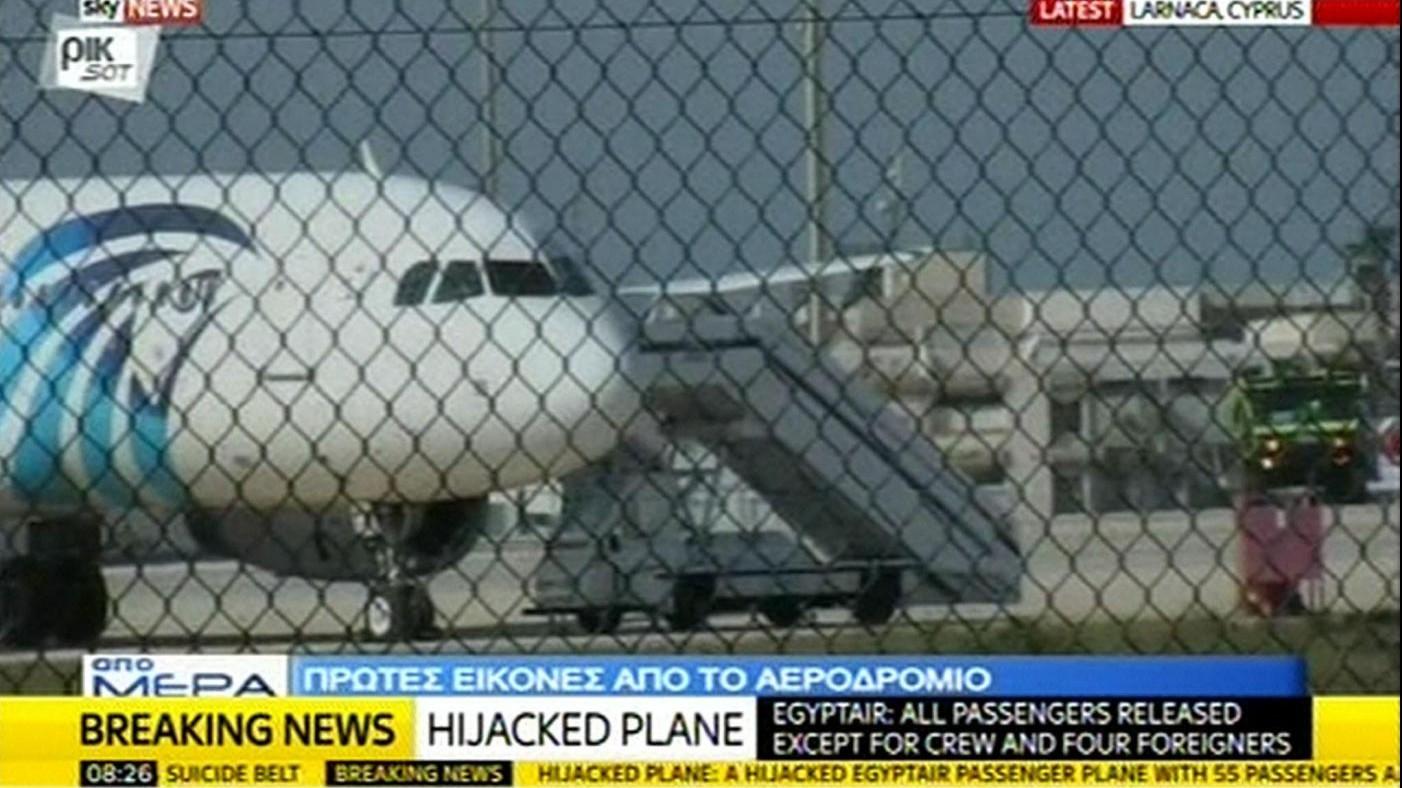 Aereo Egyptair dirottato a Cipro: liberati passeggeri tra cui italiano