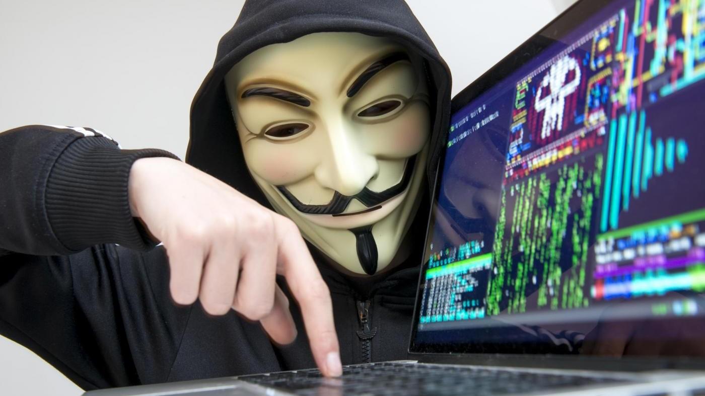 Attacchi informatici a siti sanità: perquisito attivista Anonymous