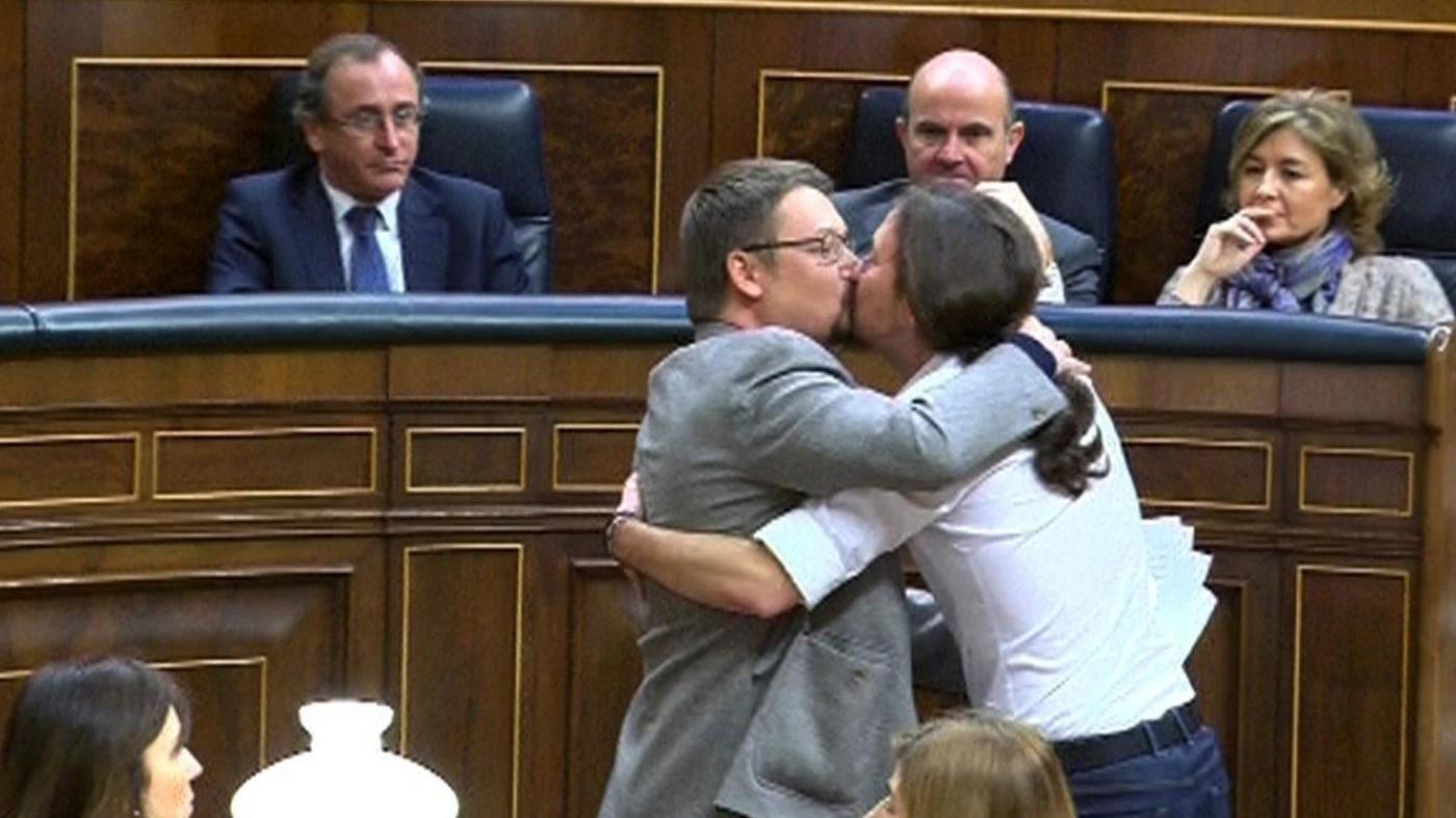 Bacio su labbra fra Iglesias e indipendentista in Parlamento