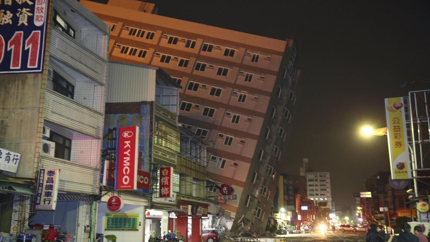 Taiwan, forte terremoto: crollano palazzi, almeno 7 morti e 400 feriti