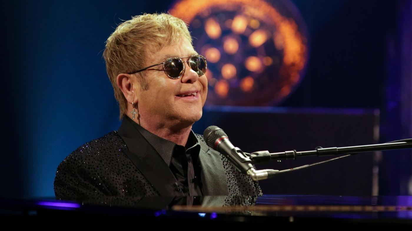 Sanremo, polemiche su Elton John: è spot per adozioni gay