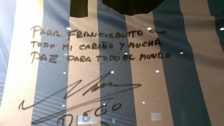 Ai Musei Vaticani le magliette di Pelé e Maradona per il Papa