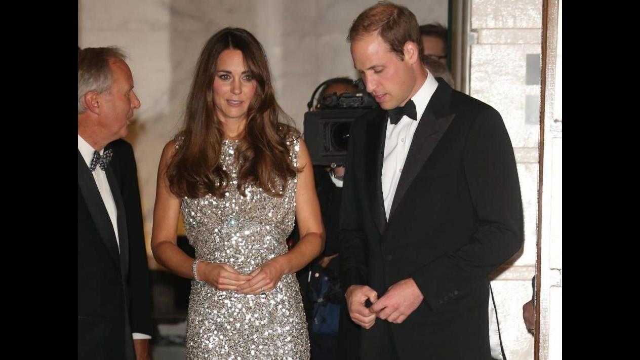 Kate Middleton in scintillante abito di paillettes a Londra