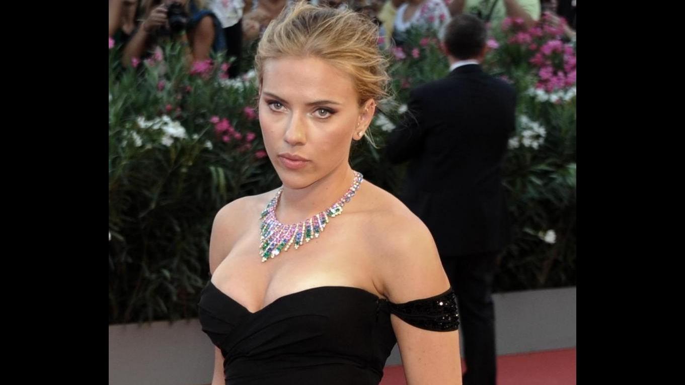 Venezia 70, Scarlett Johansson sexy e glamour con scollato abito nero