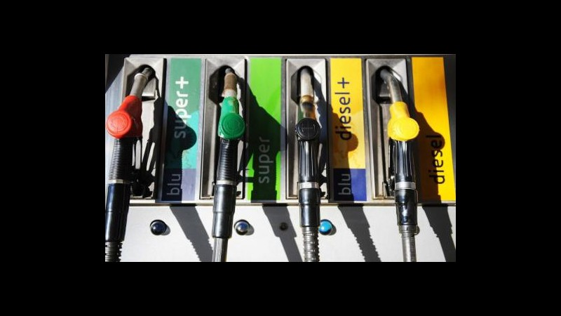 Carburanti, nuovi rincari. Codacons: Benzina sfonda 2 euro al litro