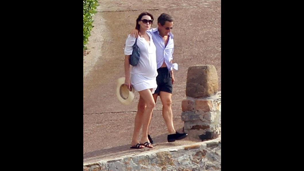 Carla Bruni porta avanti la gravidanza al mare con Sarkozy